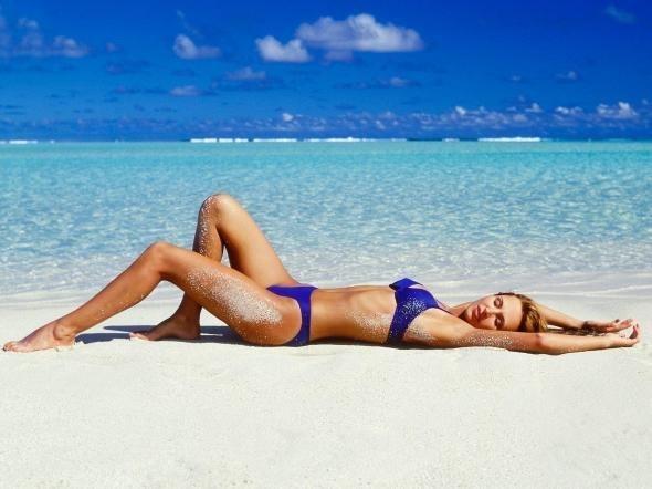 krasivie-devushki-v-bikini-na-plyazhe