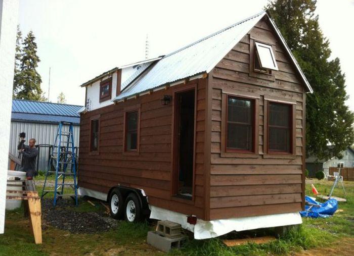 Оборудованный необходимым мини дом на колёсах 12 фото