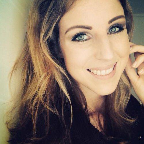 Очаровательные улыбки девушки фото