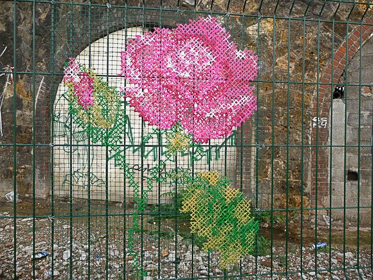 Вышивка на заборе из сетки рабицы