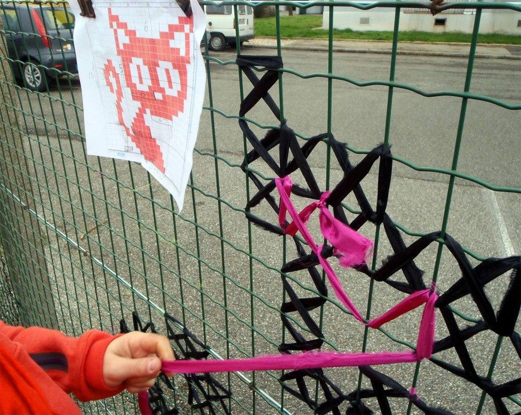 Как украсить забор из рабицы на даче своими руками