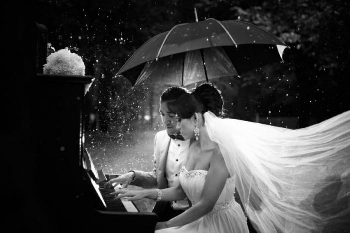 По поверью дождь в день свадьбы - это хорошая примета для молодоженов.