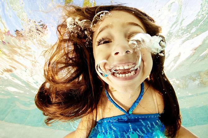 Позитивные снимки с детишками под водой (14 фото)